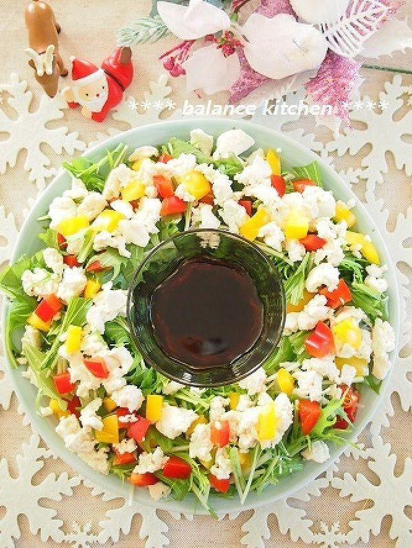 クリスマスに華やかサラダを♪ブーケサラダ&リースサラダまとめ / サラダをブーケに見立てて盛りつけたブーケサラダと、花束に見立てたリースサラダ。クリスマスパーティーの食卓に彩りを添える、おしゃれなサラダをご紹介します。 / Nadia
