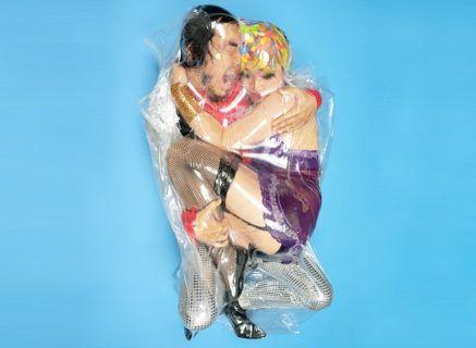 Edan! Tunjukkan Cinta, Pasangan Ini Rela Dibungkus dalam Plastik Vacuum - Indopress.id, Tokyo – Seniman Jepang, Haruhiko Kawaguchi, memamerkan foto-foto aneh pasangan-pasangan yang dibungkus dalam plastik vakum udara yang menghebohkan dunia maya. Para pasangan ini bersedia dibungkus plastik yang disedot udaranya …