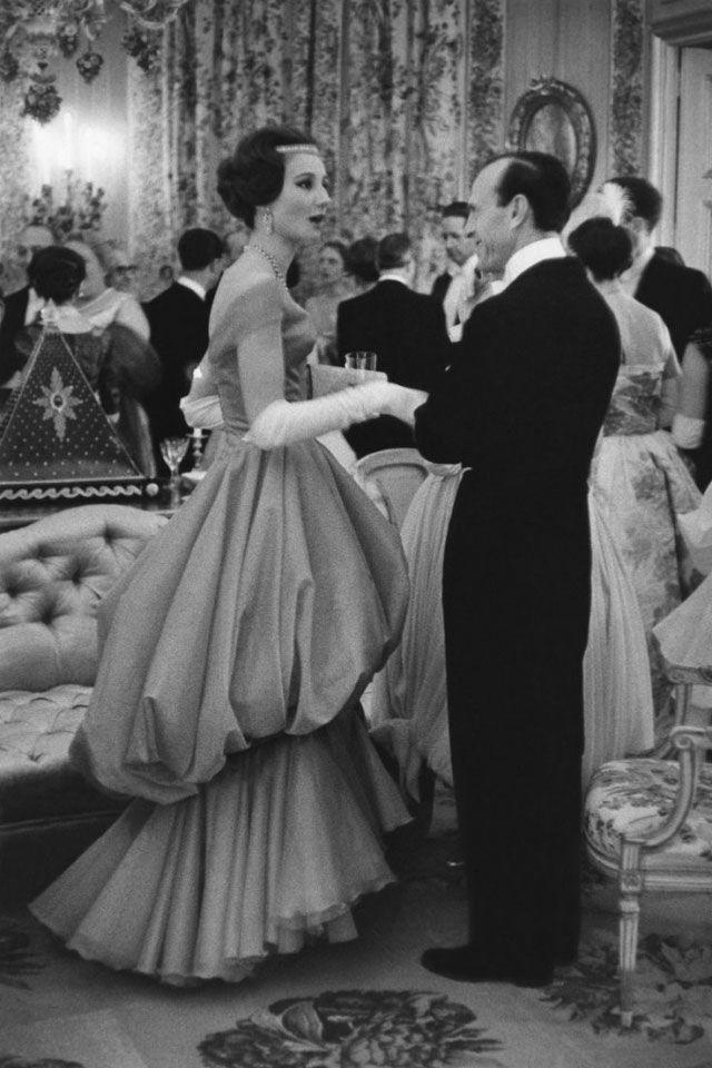 В Штатах она получила предложение от Олега Кассини (личный модельер Жаклин Кеннеди) заняться дизайном — и не замедлила им воспользоваться.