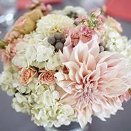 LA PALETTE DE COULEURS :corail + nude + gris    LE TYPE DE FLEURS :Dahlias, giroflées, roses, hortensias, brunia ...