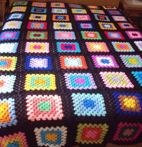 Colcha de casal colorida feita de lã.  Medida: 2,10 x 2,30cm    NÃO TRABALHAMOS COM ENCOMENDAS  PEÇA ÚNICA DISPONÍVEL APENAS NESTA COR E NESTE TAMANHO
