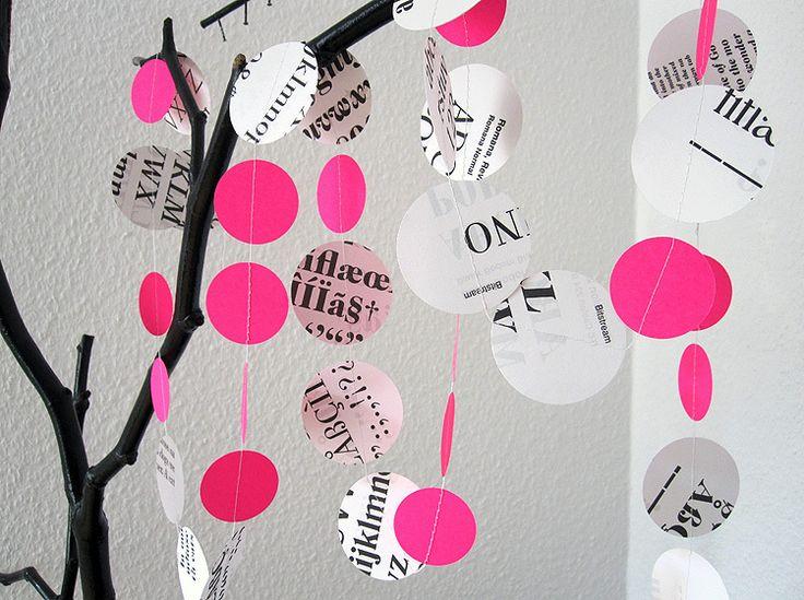 Die Girlande ist in Handarbeit aus recyltem Papier gefertigt.  Die Kreise sind mit verschiedenen Schriften bedruckt.    Eine größere Anzahl stelle ...