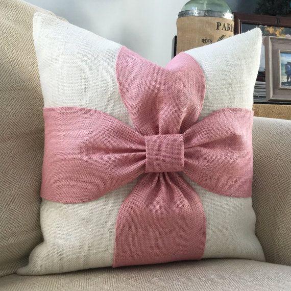Une palette de couleurs apaisantes de fard à joues rose et hors tension de la toile de jute blanc sont combinés pour faire cette couverture doreiller bel arc. Vous pouvez également commander cet oreiller en tout de même couleur pour une rose rose ou blanc sur blanche option.  Les détails : -La liste est à labri dun oreiller -Fermeture de lenveloppe -Insérer dimensions environ 17 x 17 faites pour sadapter à un coussin de 18 x 18 -Nettoyer -Coussin garniture * non inclus * -Tissu bords sont…