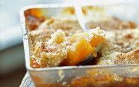 Le chef Cyril Lignac vous offre sa recette du crumble aux pommes et caramel au beurre salé. Un excellent dessert gourmand et croquant.
