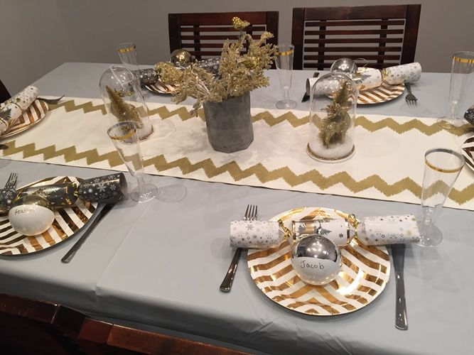 Christmas Table #littlepartylove #decorations #partyideas #metallic #metallicchristmas #christmas