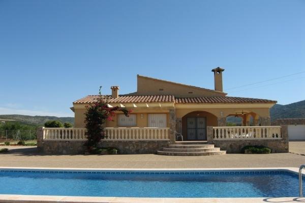 Villa con piscina y jard n en alcocebre castell n tiene capacidad para 8 personas est - Hoteles en castellon con piscina ...