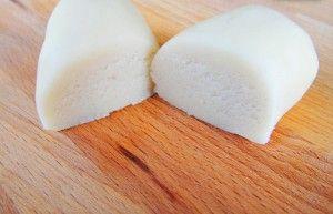 Marcipán házilag, olcsón recept Hozzávalók (kb. 65 dkg): 1 dl tej 350 g cukor 200 g rétesliszt (helyettesíthető 100g rétesliszt+100g liszt keverékkel) 125 g vaj 2 tk. színtelen mandulaaroma Gyúráshoz: kb. 5-6 ek. kukoricakeményítő kb. 4-5 ek. porcukor Elkészítése: A tejet a cukorral felforraljuk, majd alacsony hőmérsékleten feloldódásig melegítjük. Állandó keverés közben apránként hozzáadjuk a(...)