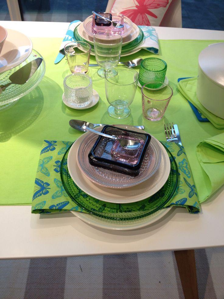 Iittala: Teema, Kastehelmi & Vitriini together in a colorful table setting