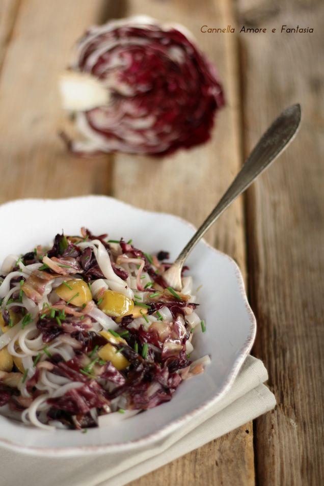 Tagliatelle di riso con radicchio e olive ricetta vegan