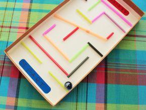 un labyrinthe avec un couvercle en carton et des pailles