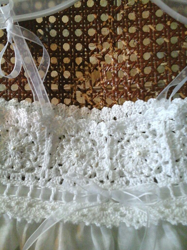 Vestido tejido en hilo de algodon y bordado con perlas y falda en estopilla