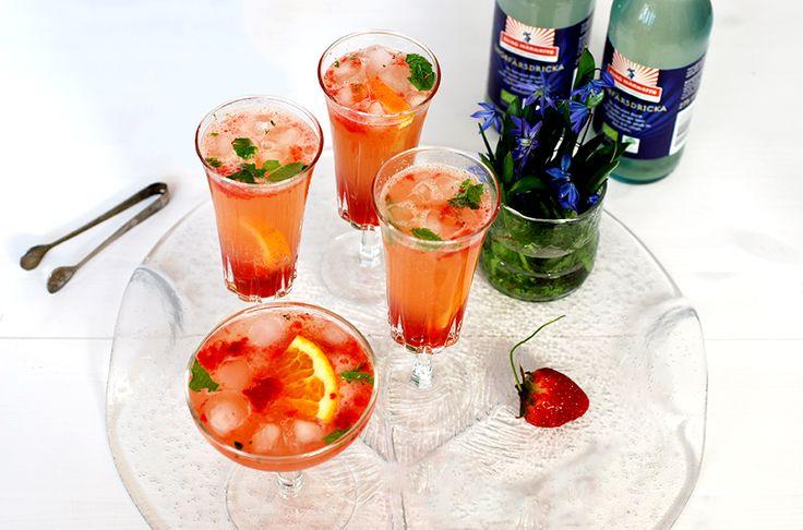 En underbar sommardrink med smak av jordgubb, mynta, lime och ingefära. Passar bra att servera som välkomstdrink vid festligare tillfällen!