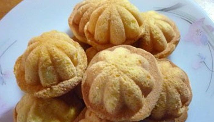 These traditional Asian desserts are mini sponge cakes which are spongy and slightly dry in texture and great to be served with coffee or milk tea during breakfast.  Traditionally, these cakes are baked over charcoal fire which will take much time to cook.