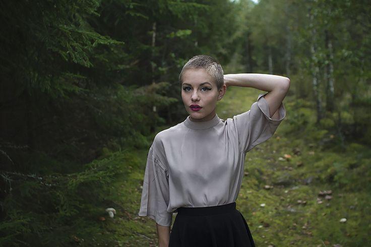 Jag har en ny blus från monki, med hög hals och breda ärmar. Den passar perfekt till kjol och knästrumpor, och jag känner på mig att vi kommer tillbringa många dagar tillsammans i höst.Och hörni…