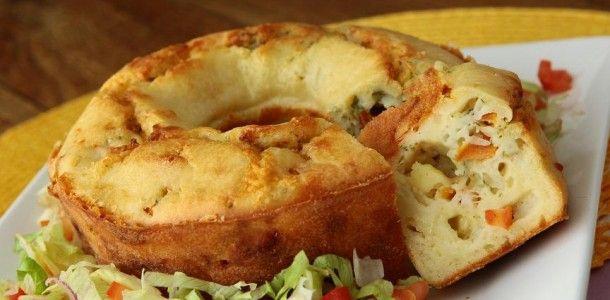 TORTA DE QUEIJO Ingredientes massa: 1 e 1/2 xícara (chá) de leite; 1/2 de xícara (chá) de óleo de milho ou canola (120 ml); 3 ovos; 2 xícaras (chá) de farinha de trigo; 1 colher (sopa) de fermento em pó; 1/2 colher (chá) de sal; 6 colheres (sopa) de queijo parmesão ralado. Para o recheio: …