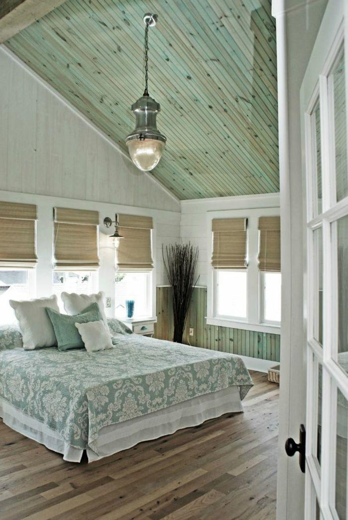pintar paredes, decoracion de dormitorio en verde pastel, techo de madera, lámpara y persianas