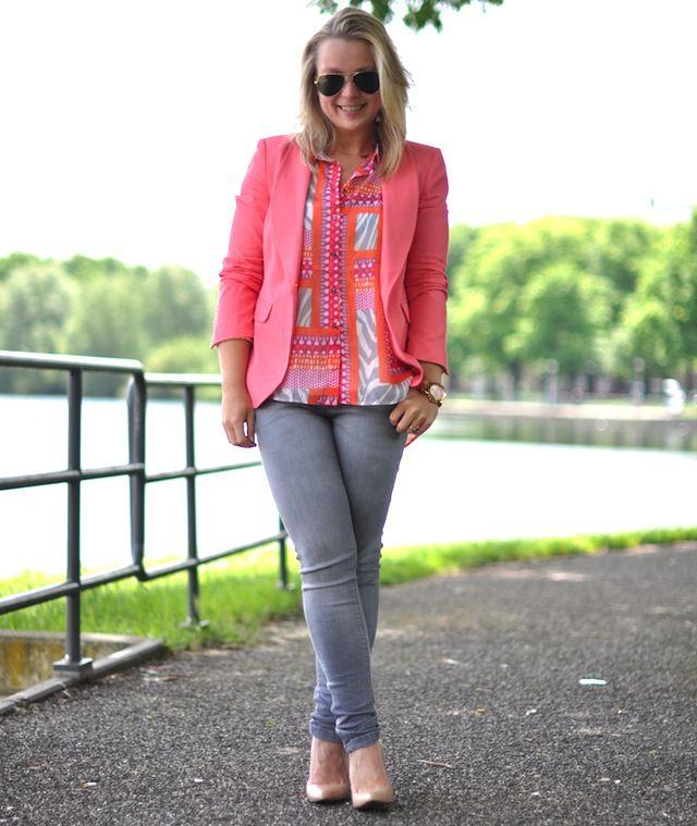 Oranje gedessineerde blouse en rose colbert