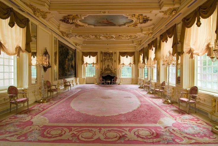 FIGI Theater Hotel, spiegelzaal. Dit is een cliché voorbeeld omdat, deze zaal in een barok/rococo stijl is ingericht, maar omdat architecten in de Romantiek teruggrepen naar deze stijlen werd het in de Romantiek ook nog gebruikt. Vaak werden deze stijlen samen gevoegd met andere. Alleen de rijke burgers konden tijdens de Romantiek zulke ruimtes betalen.