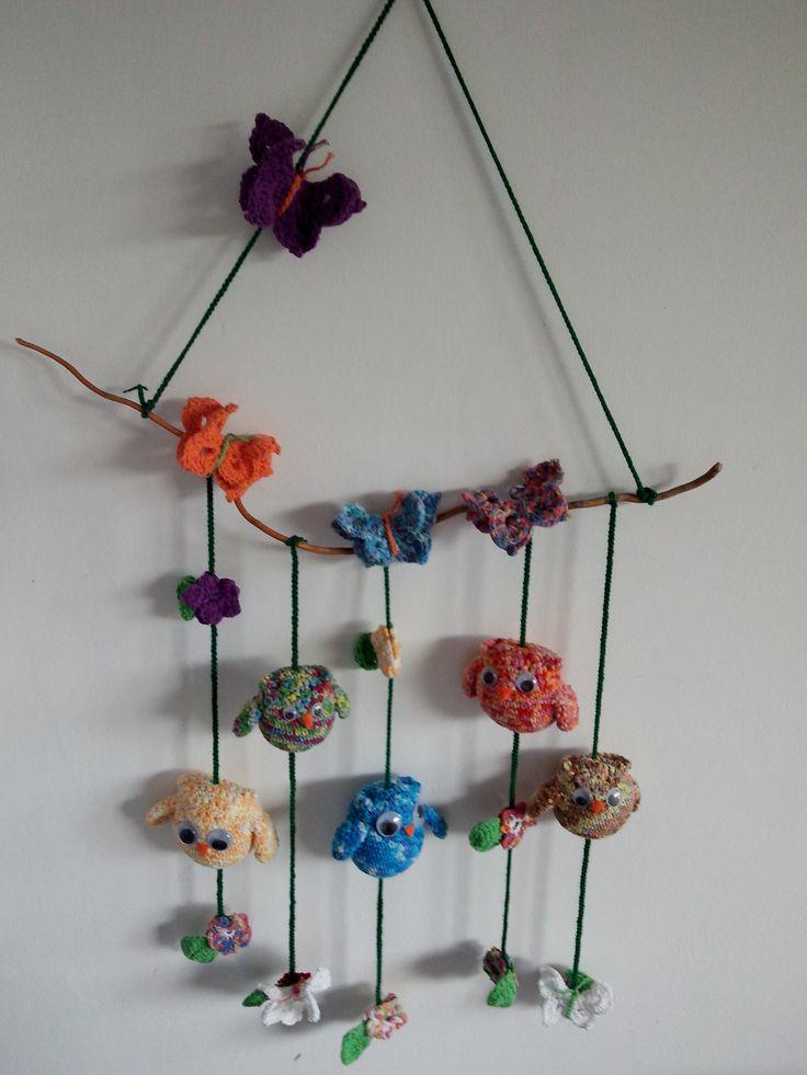 Movil tejido a crochet, con Buhos, Mariposas y flores.