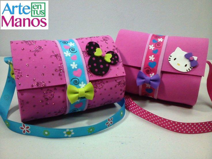 Hola! Hoy realizamos bolsos en foami o goma eva para las mas pequeñas, las princesas de la casa Este proyecto puedes usarlo para hacer y regalar en fiestas d...