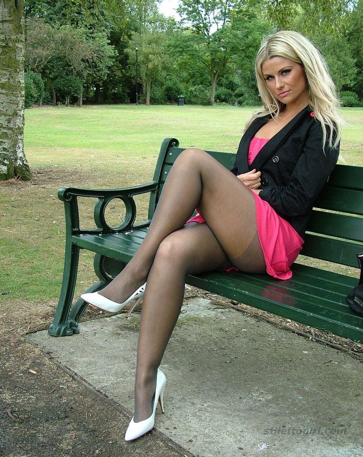 Нога на ногу в короткой юбке фото женщин — pic 8