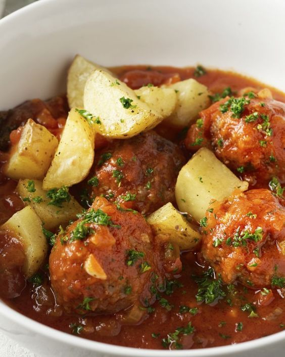 Wie wordt er nu niet blij van lekkere gehaktballetjes? Zo komen in een heerlijk smaakvolle tomatensaus met selder en krokante geroosterde aardappelen erbij.