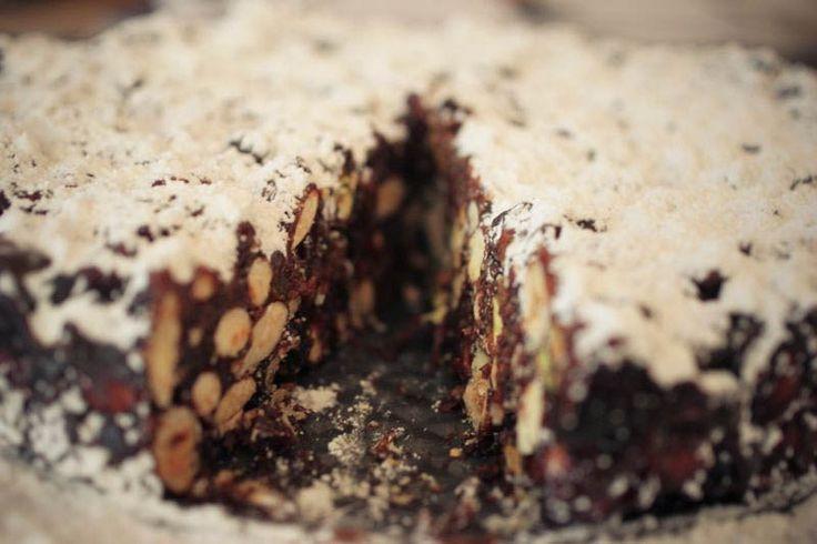 Πανφόρτε (Panforte)! Το εύκολο πεντανόστιμο ιταλικό Χριστουγεννιάτικο κέικ. Μια πολύ εύκολη και πολύ γρήγορη συνταγή για να απολαύσετε ένα υπέροχο εορταστικό επιδόρπιο.  Υλικά συνταγής  100 γρ. ασπρισμένα αμύγδαλα, καβουρδισμένα  125 γρ. φουντούκια, καβουρδισμένα  150 γρ. φρουί γλασέ, ψιλοκομμένα  220 γρ.