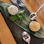 Mochi helado Uno de t verde y otro de tarta de queso Buensimos los dos takumi homu takumisevilla japanese postrejapones japones comidajaponesa japanesefood sevilla mochi daifuku