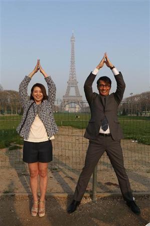 """パリ・エッフェル塔をバックに仲良く""""エッフェル塔ポーズ""""をとる小泉今日子と中井貴一"""