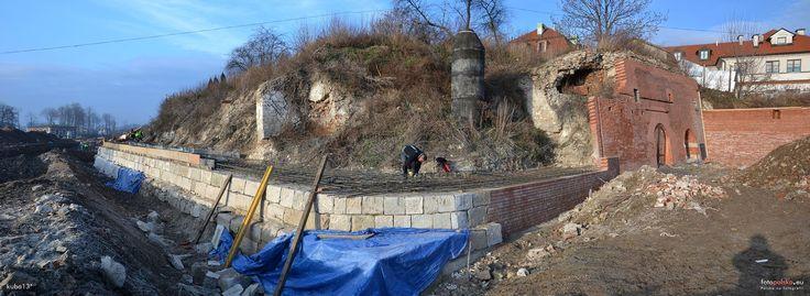 Bastion II, Zamość - 27 grudnia 2013 , Odbudowa czoła Bastionu II. Pierwsze trzy warstwy wykonywane są z oryginalnych zachowanych kamieni piaskowca.