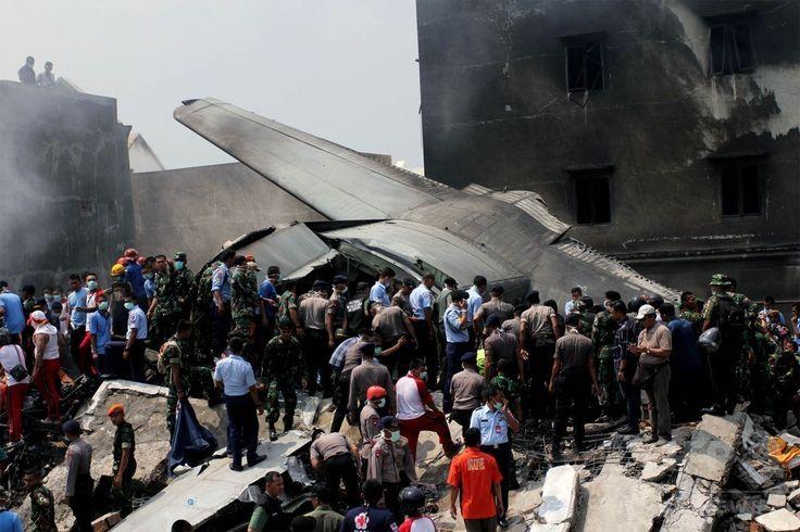 インドネシア・スマトラ島メダンで、空軍輸送機が墜落・炎上した現場で作業にあたる救助隊員ら(2015年6月30日撮影)。(c)AFP/HENDRA ▼1Jul2015AFP|インドネシア軍機墜落、死者141人に http://www.afpbb.com/articles/-/3053313