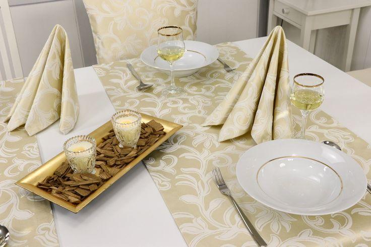 Fleckgeschützte Tischdecke mit goldenen Ornamenten. Die Tischdecke hat einen Lotuseffekt und Flüssigkeiten ziehen nicht in den Stoff.