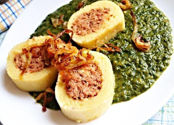 Povařené maso, pomleté, smíchané s dalšími ingrediencemi, vhodné jako náplň do bramborových knedlíků nebo rolád.