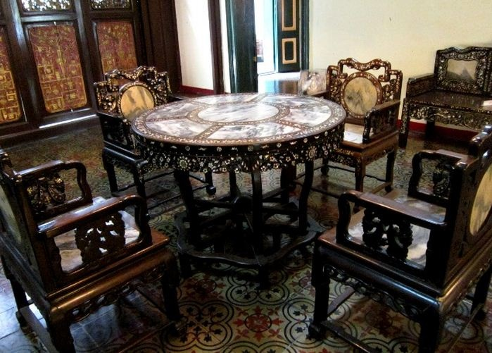Furniture antik di mansion tjong a fie