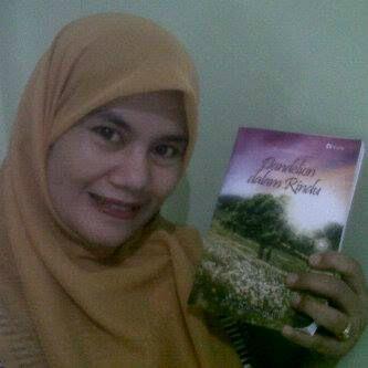 Sugihartatik di Bekasi bersama bukuku DdR