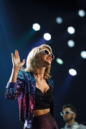 Taylor Swift - 1989 World Tour - Edmonton, Canada - August 04, 2015. | Last additions - 6~1 - SwiftPhotos