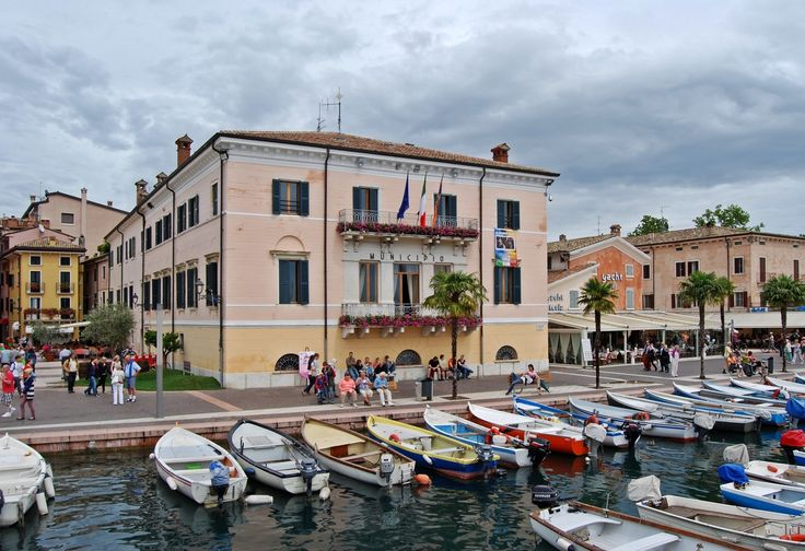 Bardolino with children: The lakeside promenade in Bardolino needs a visit because it is very pretty and characteristic: If you stay in Bardolino, you can also visit some ancient villas like Villa Bottagisio.