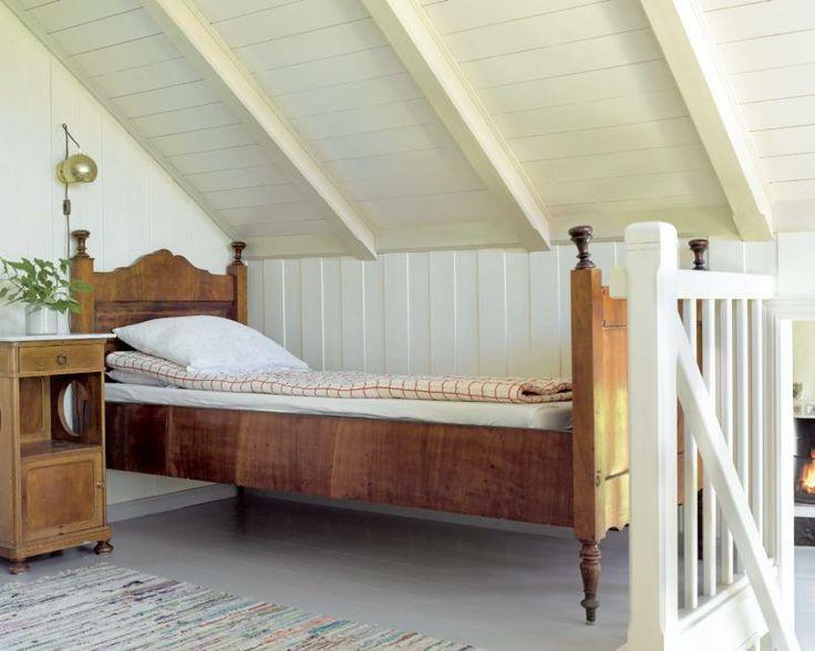 På hemsen: Et stilig 1800-tallsmøbel med seng og nattbord, har fått plass på hemsen.