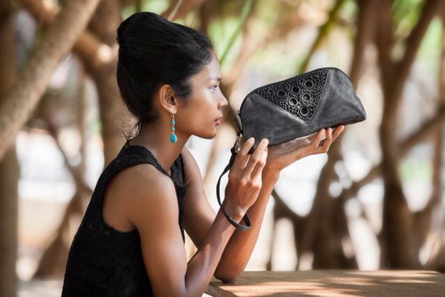 The beauty and the bag. SERIF by #SMATERIA, #pouch Net, #crochet #recycledplastic. Photo by Giorgia Pesarini