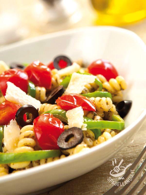 Unire il sapore del pesto con quello dei peperoni è un modo infallibile per ottenere un piatto super gustoso. Provate i nostri Fusilli pesto e peperoni!