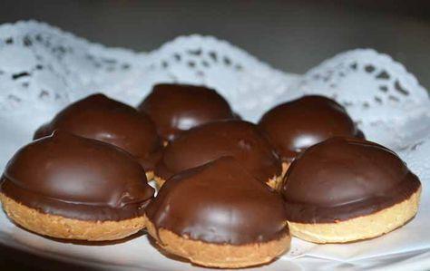 Recept Biskvier  Biskvibottnar  ca 20-25 st  200 g mandelmassa 50/50  100 g socker  45-50 g äggvita