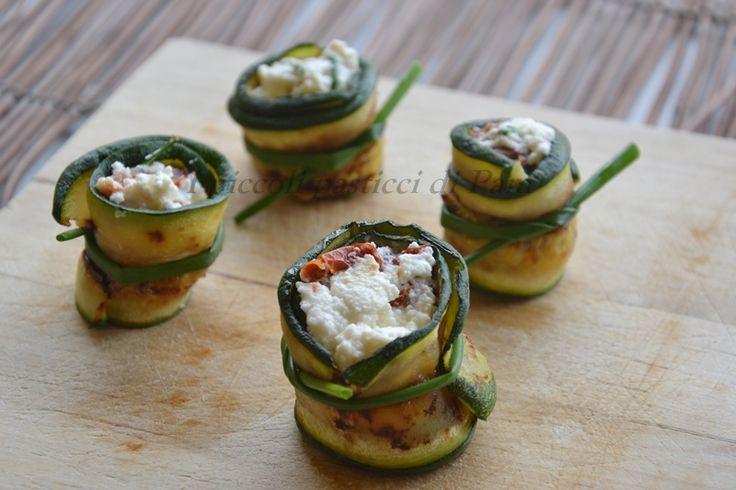 Involtini di zucchine con crema di ricotta e pomodori secchi, ricetta finger food
