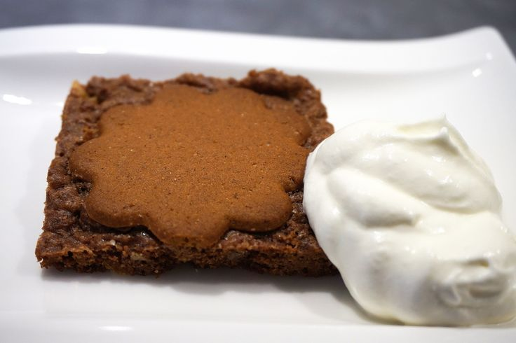 Gingerbread brownie Read more: http://www.cavegirl.se/brownies-med-pepparkakor/