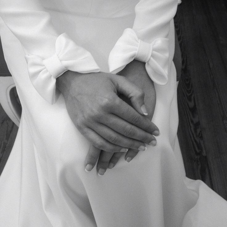 Probando los lazos en el borde de los puños del vestido...