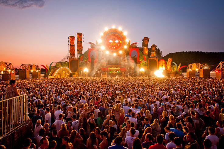 De zomervakantiebesteding van veel jongeren. Elke week zijn de festivals uitverkocht. Kaartjes kosten tussen de 30 en 50 euro