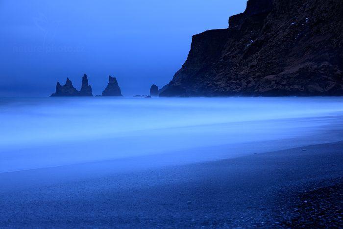 Vlny na černé pláži,  Reynisdrangar, Island