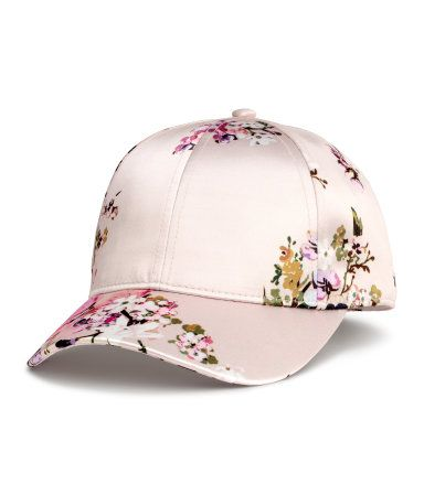 Powder/floral. Cap in satin with a printed pattern. Lined.