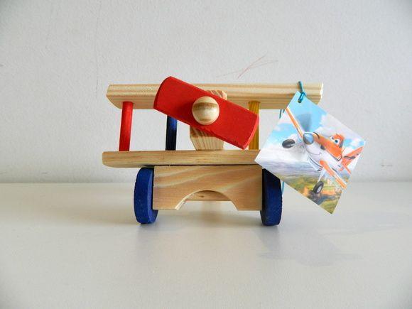 Avião de madeira tema Aviões Disney  Produto: Avião de madeira pequeno tamanho: 17 x 15 x 10 cm Brinquedo de madeira de ótima qualidade Cores: multicolorido (pronta entrega), azul marinho (pronta entrega), vermelho (15 dias para produção) e cru (15 dias para produção)  Segue com tag (cartãozinho) no tema Aviões Disney.  Para os pequenos fãs das máquinas voadoras e do filme Aviões da Disney, trazemos esta excelente opção de lembrancinha e decoração para uma festa Aviões Disney!  O personagem…