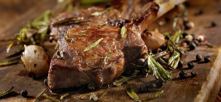 Verrassend makkelijk te maken, deze lamskoteletten met bloemkool. Zodra je de marinade hebt gemaakt is het meeste werk al gedaan. Zodra de oven heet is, plaats je het vlees op een bakplaat, laat de randen bruinen en doe dan de bloemkool erbij. Klaar! Dit gerecht kan je hetbeste eten nadat het even gestaan heeft, vooral …