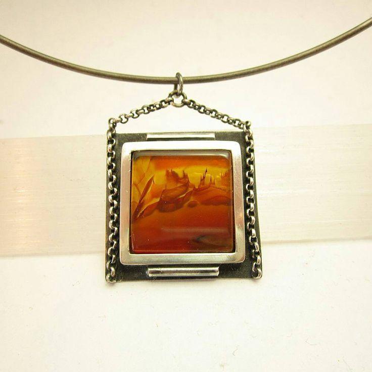 Ontwerp van Karen Klein edelsmid, zilveren hanger (geoxideerd) met landschapsagaat. Unicum